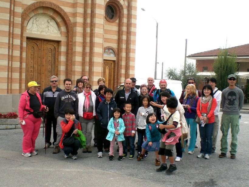 ...gruppo all'inizio camminata davanti alla chiesa Madonna del Rosario